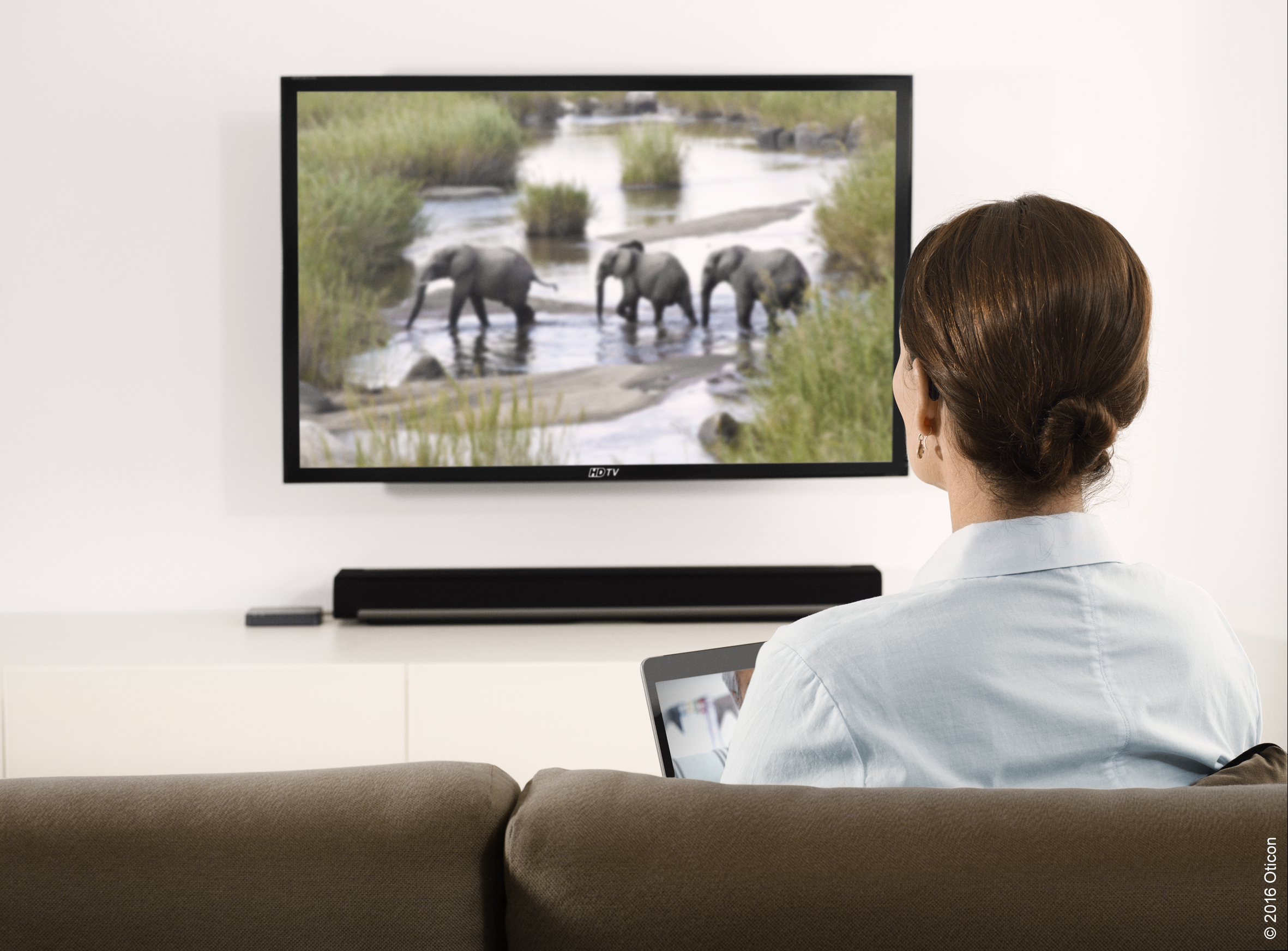 Oticon_Connectivity_TV_Woman_Width200mm_300dpi_(C)_2016_Oticon