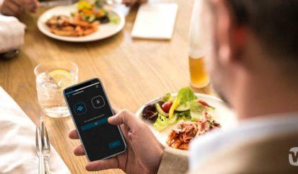 Widex EVOKE app in use in restaurant